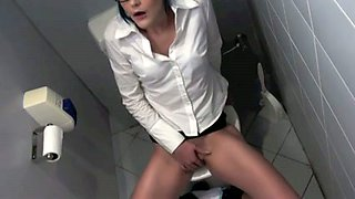 My sassy lover masturbates her cunt to orgasm in a toilet