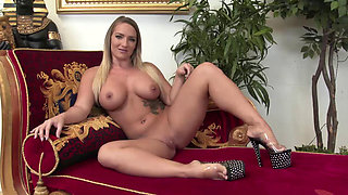 Two curvy stunners lick their juicy cunts