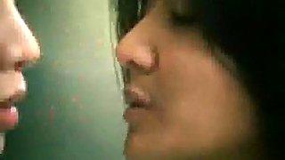 FILIPINA ACTRESS CAUGHT KISSING