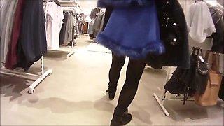 Laetitia 7 Nue sous une cape dans les magasins