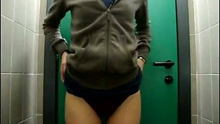 Amateur web cam whore exposed her silky rounded ass in the WC