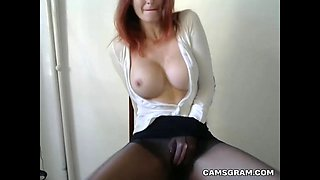 Attractive Big Boobs Camgirl Stimulates Her Pussy
