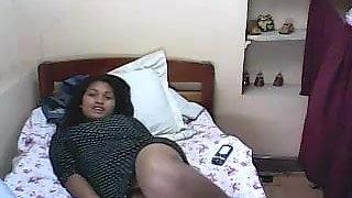 jeune malgache se masturbe a cote de sa copine