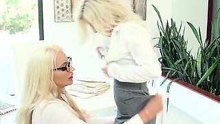 Hot Boss Does Muffdiving With Hot Assistant