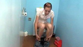 Anonieme zaaddonor neukt slet op het toilet