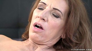 Lewd cougar Viol gets her twat and anus licked properly by fresh girlie