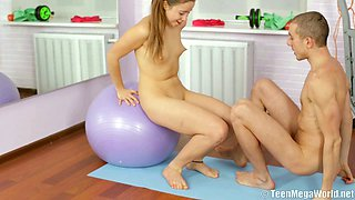 Alluring hot blonde babe gets her pussy banged in the gym by her trainer