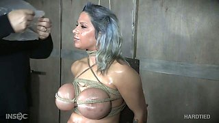 Submissive dyed haired bitch Alyssa Lynn gets her lubed bald cunt masturbated