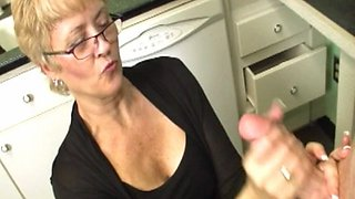 Mature stepmom wanks stepson till bukkake